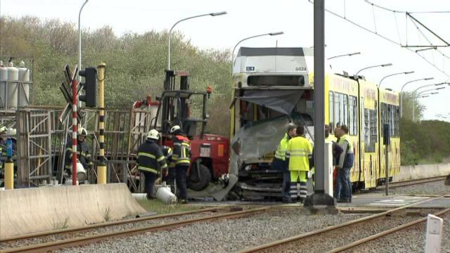 Gewonden na ongeval met kusttram en vrachtwagen in Bredene - Nieuws ...: kw.knack.be/west-vlaanderen/nieuws/algemeen/gewonden-na-ongeval-met...